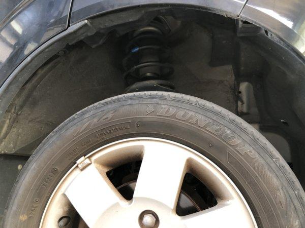 エブリィのタイヤ片減りの原因はアッパーマウントガタ